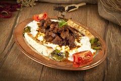 Türkisches Kebabaubergine und -fleisch alinazik lizenzfreie stockbilder
