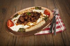 Türkisches Kebabaubergine und -fleisch alinazik Stockfoto