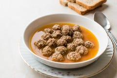 Türkisches Lebensmittel Sulu Kofte/saftige Fleischklöschen-Suppe mit Brot stockbild