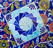 Türkisches Muster auf einer keramischen Wand in Istanbul, die Türkei stockfotografie