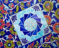 Türkisches Muster auf einer keramischen Wand in Istanbul, die Türkei stockfotos