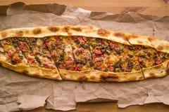 Türkisches pide mit Käse und Rauminhalt berechnetem Fleisch/kusbasili kasarli pide stockfotografie