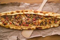 Türkisches pide mit Käse und Rauminhalt berechnetem Fleisch/kusbasili kasarli pide lizenzfreies stockbild