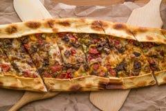 Türkisches pide mit Käse und Rauminhalt berechnetem Fleisch/kusbasili kasarli pide stockfoto