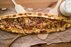 Türkisches pide mit Käse und Rauminhalt berechnetem Fleisch/kusbasili kasarli pide lizenzfreie stockfotos