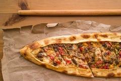 Türkisches pide mit Käse und Rauminhalt berechnetem Fleisch/kusbasili kasarli pide lizenzfreies stockfoto