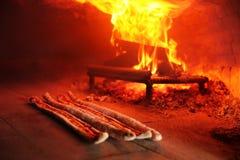 Türkisches pide wird in Holzofen gekocht lizenzfreie stockfotografie