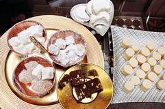Türkisches Süßwarengeschäft: Mandelgebäck, Mandelbutter, Walnuss halvah und türkische Freude stockfotos