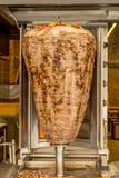 Türkisches shawarma Spucken im Straßencafé in Istambul Stockbild