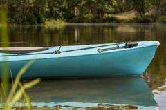 Türkiskajak durch den Fluss Lizenzfreie Stockfotos