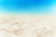 Türkismeer und weißer Sandhintergrund am Sommertag Sandy-bea lizenzfreies stockfoto