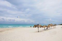 Sonnenschirme auf sandigem Strand Lizenzfreie Stockfotografie