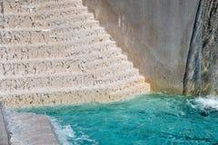 Türkispool mit Wasserfalltreppenhaus Lizenzfreies Stockfoto