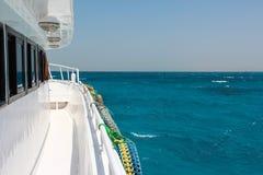 Türkiswasser des Roten Meers an einem sonnigen Tag, die Ansicht vom Boot Lizenzfreie Stockbilder
