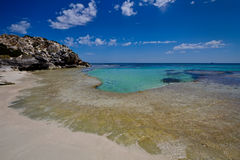 Türkiswasser durch einen verlassenen Strand lizenzfreie stockbilder