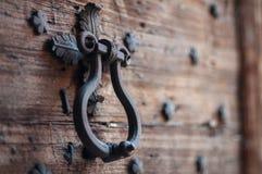 Türklopfer des Metalls auf der Tür die rauen Planken Stockfotografie