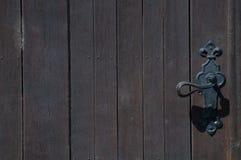 Türknauf auf der rechten und braunen Holztür Lizenzfreies Stockfoto