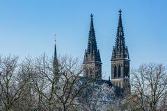 Türme der Basilika von Überziehschutzanlage Peter und Paul bei Vysehrad lizenzfreies stockfoto