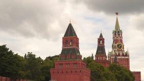 Türme des Moskaus der Kreml gegen einen bewölkten Himmel stock video