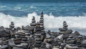 Türme von den Kieseln auf dem Strand Stockfotos