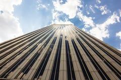 Türme von Geschäftswolkenkratzern auf dem blauen Himmel mit Weiß bewölkt Hintergrund stockfoto