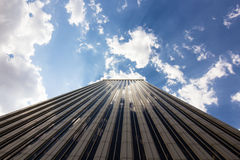 Türme von Geschäftswolkenkratzern auf dem blauen Himmel mit Weiß bewölkt Hintergrund lizenzfreies stockfoto