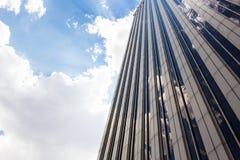 Türme von Geschäftswolkenkratzern auf dem blauen Himmel mit Weiß bewölkt Hintergrund lizenzfreies stockbild