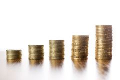 Türme von Münzen auf Holztisch Lizenzfreie Stockbilder