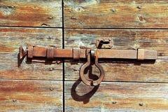 Türschloss vom Metall auf einer alten Tür Stockbild