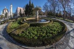 Türspionsansicht 180 eines Brunnens im Retiro-Park in Madrid-Verdichtereintrittslufttemperat Stockbilder