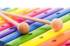 Tęcza barwił drewnianą zabawkarską ksylofon teksturę przeciw białemu backg Fotografia Stock
