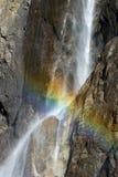 Tęcza Krzyżuje siklawę na Granitowej falezie w Yosemite Zdjęcie Stock