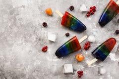 Tęcza lody popsicle na szarym tle Odg?rny widok, kopia obrazy royalty free