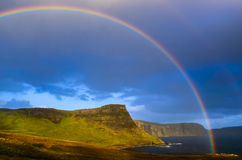 Tęcza nad dramatycznym wybrzeżem Szkoccy średniogórza, wyspa niebo Zdjęcia Stock