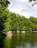 Tęcza nad jeziorem, dokować sąsiedztwo łodziami i lasem, Obraz Royalty Free