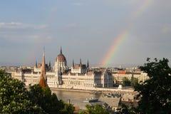 Tęcza nad Parlamentem w Budapest z brzeg rzeki zdjęcie royalty free