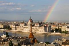Tęcza nad Parlamentem w Budapest z brzeg rzeki fotografia stock