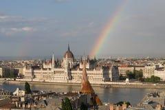 Tęcza nad Parlamentem w Budapest z brzeg rzeki obrazy stock