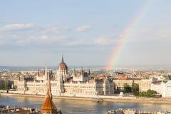 Tęcza nad Parlamentem w Budapest z brzeg rzeki zdjęcia stock