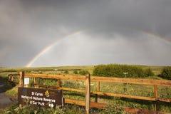 Tęcza nad St Cyrus rezerwatem przyrody w Szkocja obrazy royalty free