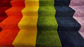 Tęcza pokoju chorągwiani kolory dostosowywający dywanowy schody zdjęcia stock
