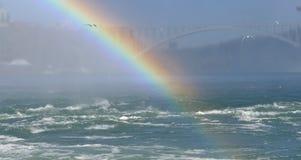Tęcza przy Niagara Spada z tęcza mostem Obraz Stock