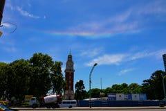 Tęcza przy niebem w San oknówki kwadracie w buenos aires zdjęcie stock