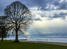 Tęcza przy rekreacyjnym terenem i plażą Fotografia Stock