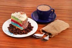 Tęcza torta plasterek z kawą obrazy royalty free