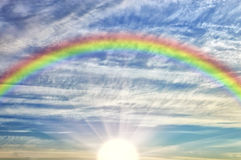 Tęcza w chmurnym niebie zdjęcia royalty free