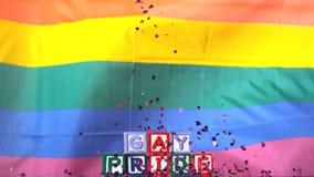 Tęczy chorągwiany chodzenie w popióle z homoseksualnej dumy confetti i bloków spadać zbiory