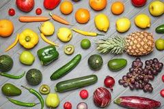 Tęczy kolekcja dojrzali owoc i warzywo fotografia stock