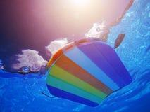 Tęczy styrofoam dopłynięcia deseniowa deska unosi się w poolside wa Fotografia Royalty Free