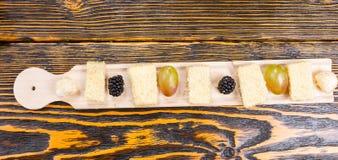 Tęsk deska z Świeżą owoc i serem na stole Zdjęcia Stock